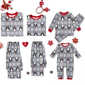 Pijama pinguin pentru bebelusi cu maneca lunga si capse, model Craciun