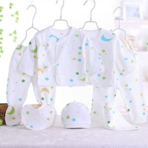 set bebe nou nascut format din pantaloni si bluza caciula si baveta cu model stelute