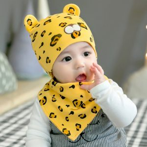 Set caciula si baveta model leopard pentru bebelusi