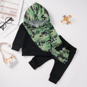 set casual pentru baieti format din bluza cu gluga si pantaloni lungi model camuflaj