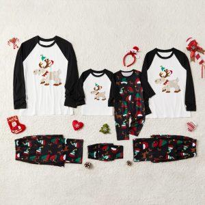 Pijama bebelusi Familia Ren cu maneca lunga. Pijama copii cu imprimeu cu ren colorat cu tematica vesela, potrivita si pentru Craciun si pantaloni multicolori.